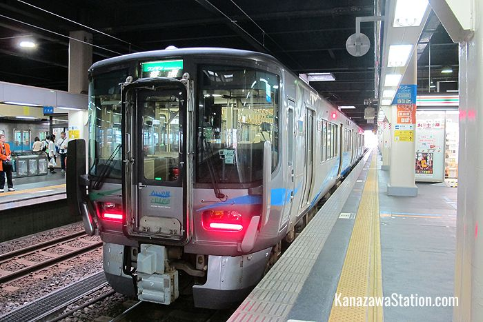 Ainokaze Toyama Railway also operates local through train services to Toyama