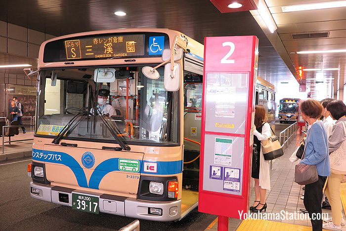The S Route Burari-Sankeien Bus at bus stop 2
